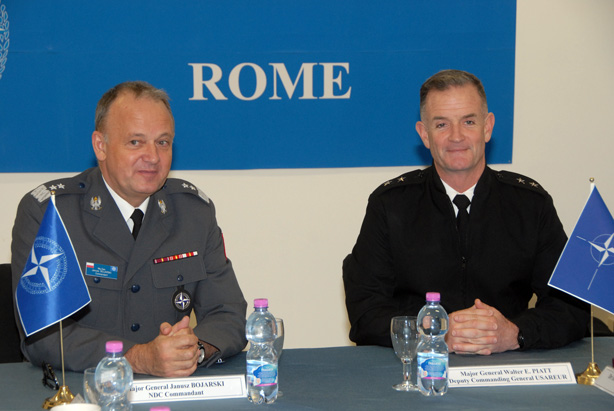 The Deputy Commanding General of US Army Europe, MGen Walter E. Piatt (r), with NDC Commandant MGen Janusz Bojarski