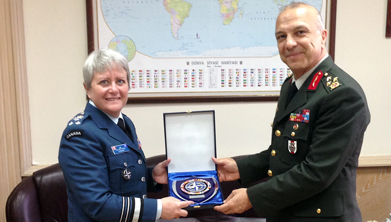 Crest exchange of the CMDT with Lieutenant General Yavuz Türkgenci, Chief of Plans and Policy, TGS