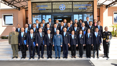 The delegation from the National Defence College of Thailand with NDC Commandant Lieutenant General Chris Whitecross at the NATO Defense College